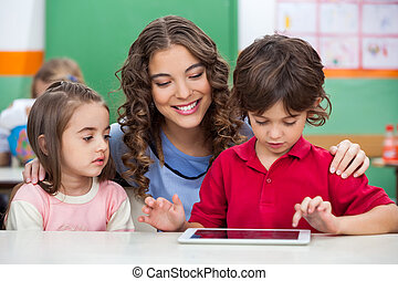 használ, tanár, gyerekek, tabletta, digitális