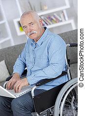 használ, tolószék, számítógép, idősebb ember