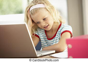 használt laptop, fiatal lány, otthon