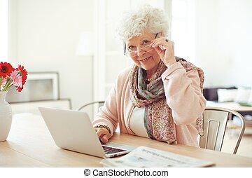 használt laptop, nő, érett, otthon