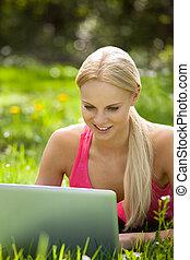 használt laptop, nő, fiatal