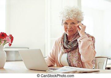 használt laptop, nő, idősebb ember, otthon