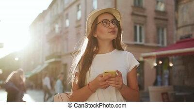hat., beau, avoir, haut, porter, faire, elle, device., girl, femme, séduisant, mobile, paille, hairstyle., regarder, marche, élégant, around., city., bavarder