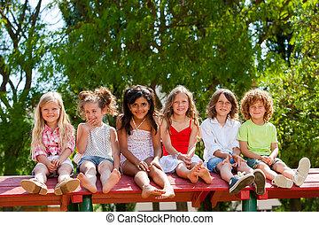 hat, gyerekek, ül együtt, képben látható, háztető, alatt, park.