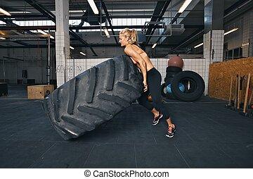 hatalmas, autógumi, egészséges, atléta, fricskázó, női