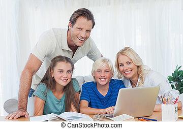 hausaufgabe, laptop, gebrauchend, lächeln, zusammen, familie