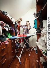 hausfrau, anschauen, not, ironed, kleidung, an, garderobe