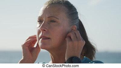 haut, écouteurs, femme, utilisation, personne agee, fin, ...