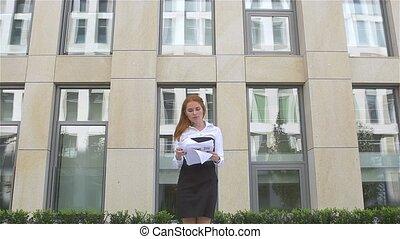 haut, affaires femme, voler, jeune, mouvement, lent, papiers