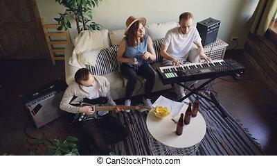 haut angle, gens, instruments, singing., jeune, émotif, guitare, bande, vue, clavier, actif, maison, musical, répéter, jouer, studio.