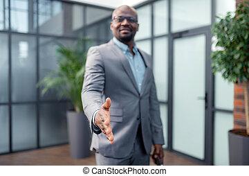 haut, associé, homme affaires, main, étendre, sien, business, fin