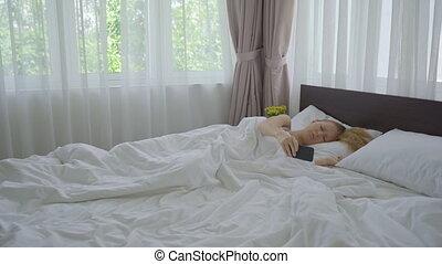 haut, bed., can't, elle, reveil, femme, sillage, téléphone, jeune, elle, despite, sonner, horloge