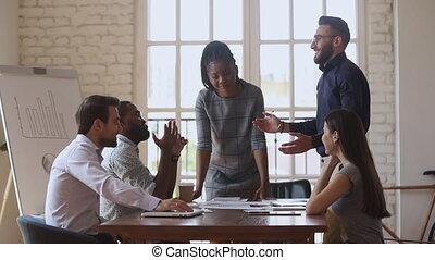haut cinq, jeune, biracial, donner, directeur, colleague., arabe