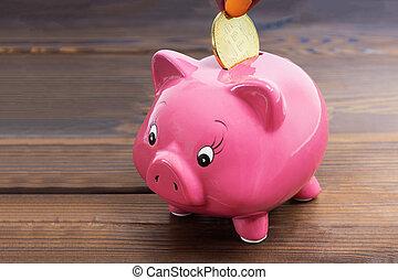 haut, doré, économie, tirelire, bois, argent, concept., argent., bitcoin, virtuel, cochon, cryptocurrency, arrière-plan., mettre, sombre, fin, main, investissement