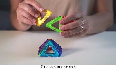 haut, femme, magnétique, jouer, preschooler., fin, bâtiment...