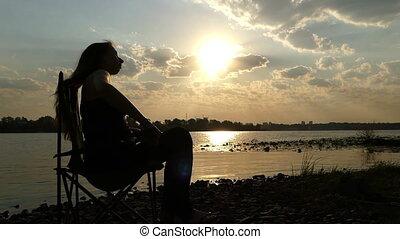 haut, femme, stands, slo-mo, pregnant, étire, coucher soleil, dehors, riverbank