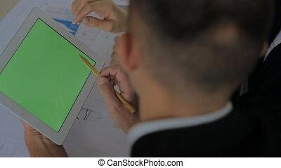haut, financier, espace, texte, ordinateur portable, deux, graphiques, homme affaires, tenant mains, écran, sommet table, railler, vue