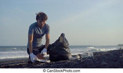 haut, jeune, propre, plage, homme, déchets ménagers