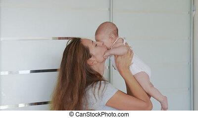 haut, maman, baisers, aimer, heureux, élever, bébé bébé, home., fin, apprécier, mère, rire