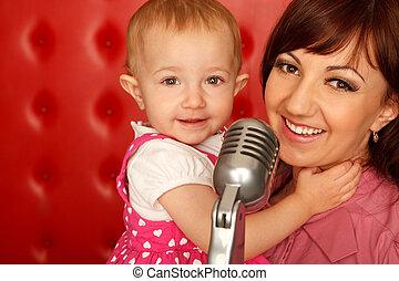 haut., microphone, doughter, contre, wall., étagère, mère, portrait, fin, horizontal, format., rouges