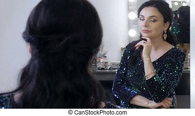 haut, miroir, robe, beau, bleu, elle, faire, enfumé, devant, voyant, yeux, jeune, soir, assied, regarde, femme, abrutissant, reflet, étincelant, sequins