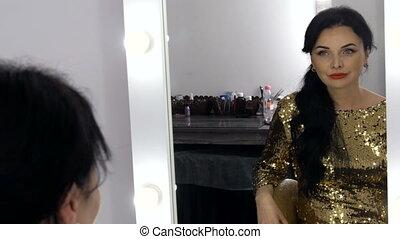 haut, miroir, robe, beau, elle, faire, or, enfumé, devant, yeux, jeune, soir, assied, regarde, spectaculaire, femme, abrutissant, reflet, étincelant, sequins