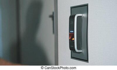 haut., moderne, scanner, met, protection, travail, employees., contre, door., sien, vies, doigt, empreinte doigt, cambriolage, fin, homme sécurité, technologie, journalier, entrer, conçu