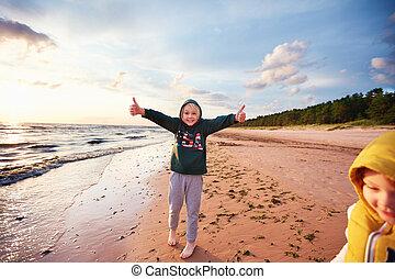 haut, pouces, sablonneux, amusement, heureux, automne, plage, garçons, geste, avoir, excité