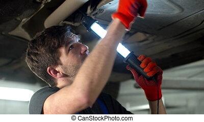 haut, réparations, fin, voiture, mécanicien, lampe électrique