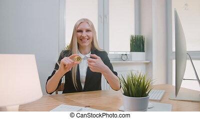 haut., regarder, lieu travail, femme, femme, bureau, séance, appareil photo, projection, bitcoin, main, gai, haut, informatique, pouces, blonds, complet, sourire, geste, heureux