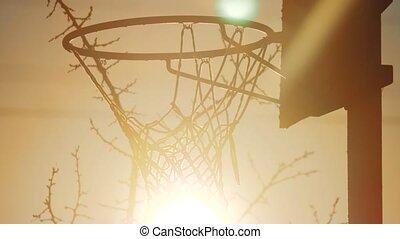 haut., urbain, basket-ball, silhouette, hoop., cerceau, fond, lumière soleil, matin, rouillé, rue, coucher soleil, vieux, outdoors., levers de soleil, vue