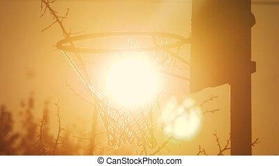 haut., urbain, concept, silhouette, hoop., cerceau, fond, rue, lumière soleil, matin, lifestyle., rouillé, basket-ball, coucher soleil, dehors, vieux, levers de soleil, vue