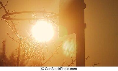 haut., urbain, concept, silhouette, hoop., cerceau, fond, rue, lumière soleil, matin, rouillé, basket-ball, coucher soleil, style de vie, outdoors., vieux, levers de soleil, vue