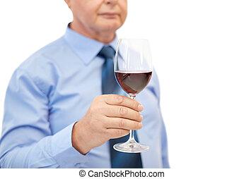 Haut, verre, fin, homme aîné, vin buvant. Concept, alcool