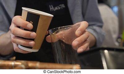 haut, verse, fin, verre, barista, papier, café, jetable, cup., mains mâles