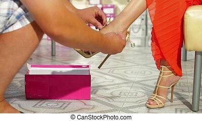 hauts talons, essayer, magasin chaussures