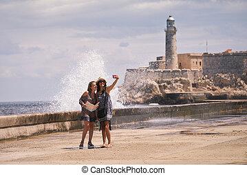 havane, touriste, cuba, mobile, selfie, filles, téléphone, prendre