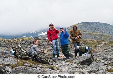 havresacs, montagnes, voyageurs, groupe, reposer