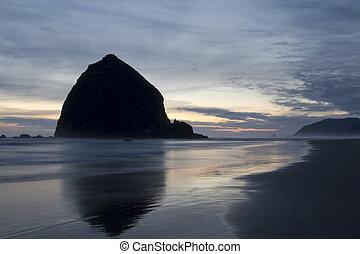 haystack rokk, på, kanon strand, oregon, aftenen