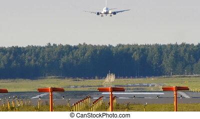 HD - aircraft landing Boeing 737-500