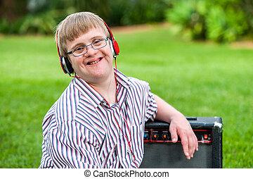 headphones., abajo, llevando, niño, síndrome