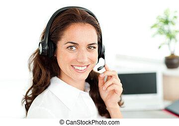 headset desgastando, mulher olha, câmera, sorrindo