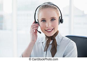 headset portare, biondo, contenuto, donna d'affari