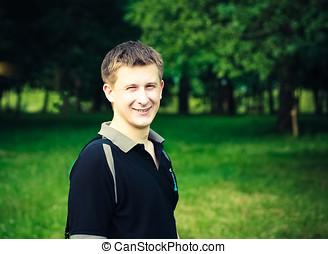 headshot, de, a, jeune homme, sourire, appareil-photo, dans...