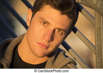 headshot, von, attraktive, junger mann, an, sonnenuntergang