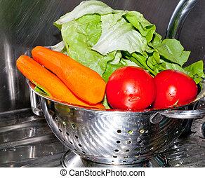 tomatoes, lettuce, carrot