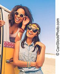hebben, zo, veel, plezier, samen., vrolijk, jonge vrouw , neiging, op, de, retro, mini van, terwijl, jonge, afrikaanse vrouw, kijken naar van fototoestel, door, de, voertuig, venster