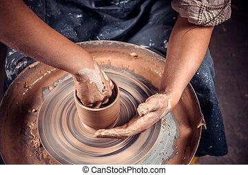 hechaa mano, alfarería, concept:, potter's, trabaja, wheel., alfarero, taller