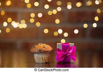hechaa mano, caja obsequio, con, púrpura, arco, y, cupcake