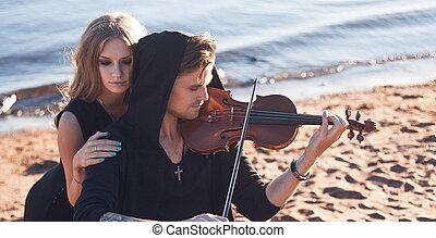 hegedűművész, és, övé, eltűnődik, fiatalember, bánik, képben látható, a, háttér, közül, tenger